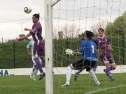 Acosta convierte de cabeza. Su gol es anulado por off-side